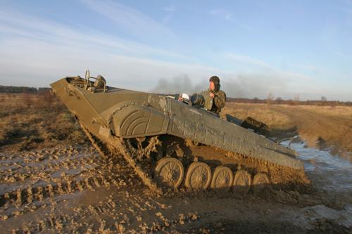 Jízda v obrněném transportéru na tankodromu