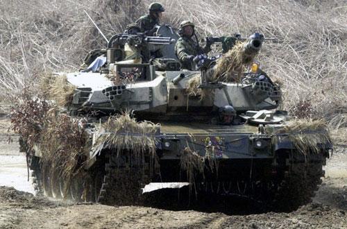 Moderní tank s krytím. Opravdu skoro není vidět.